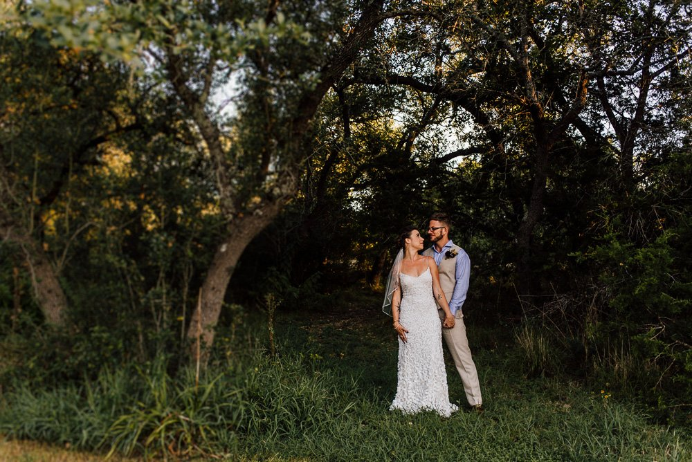 austin wedding photographer at the wildflower barn in driftwood