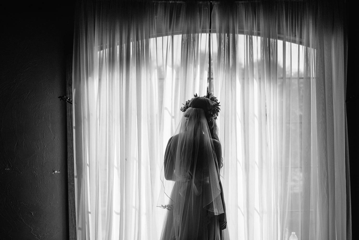 mansfield wedding, classic oaks ranch, fort worth wedding photography, bride looking out window, DFW wedding photographer, flower crown bride looking out window at her wedding
