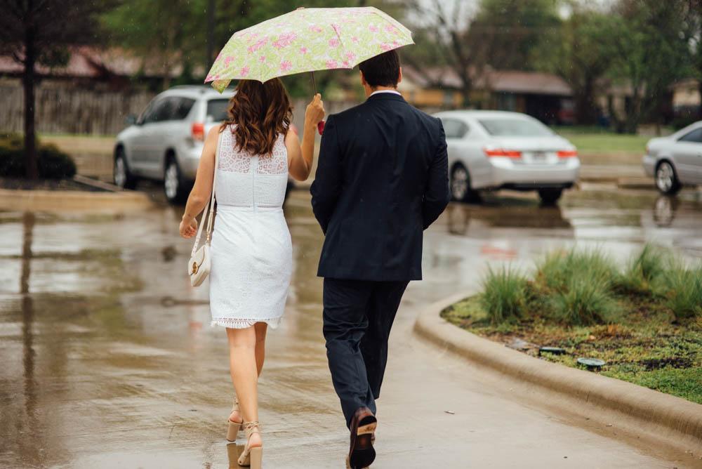 austin elopement photographer, rainy elopement photographs, rainy wedding in austin, candid elopement photography in austin tx