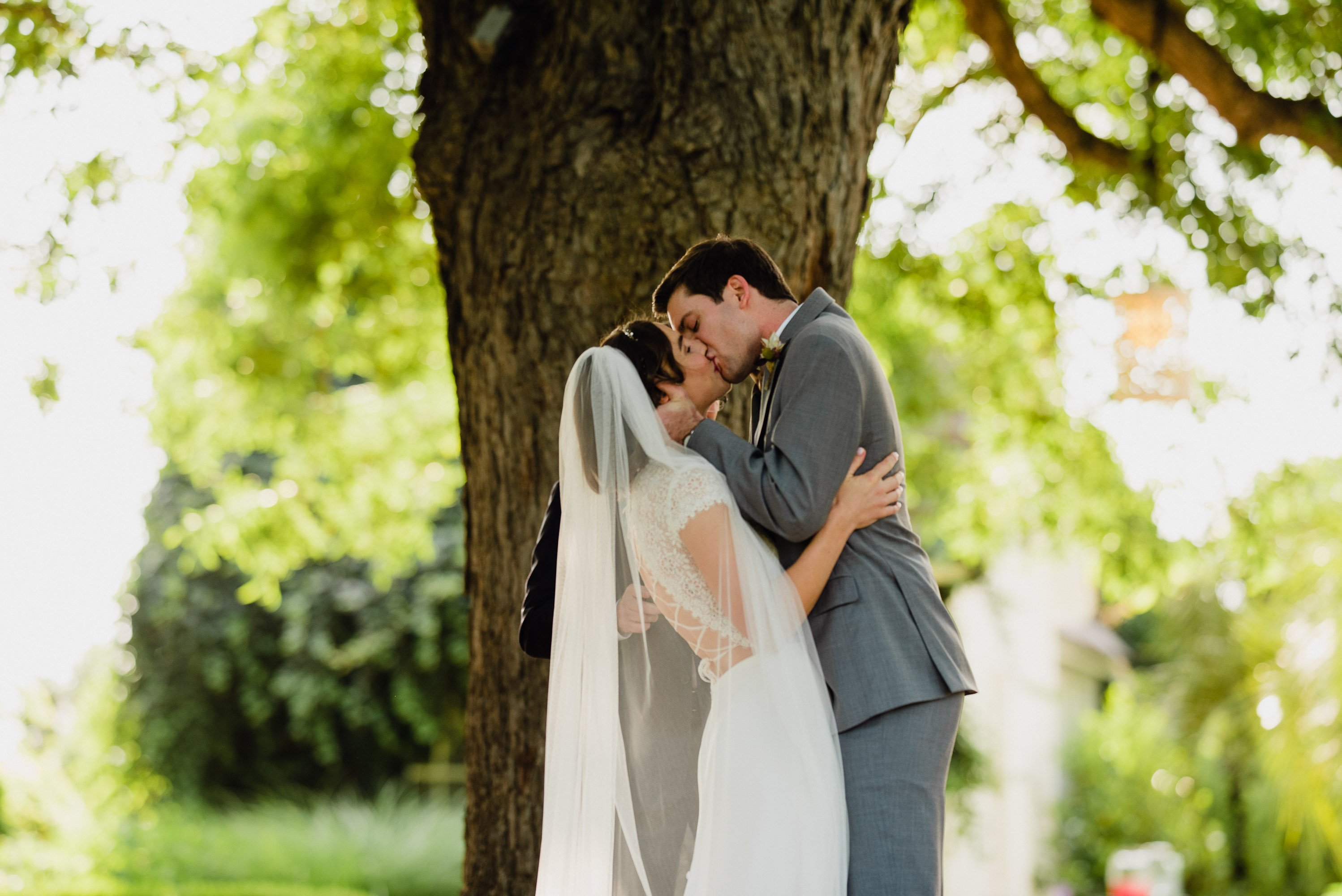 first kiss under the tree at barr mansion, romantic boho barr mansion wedding