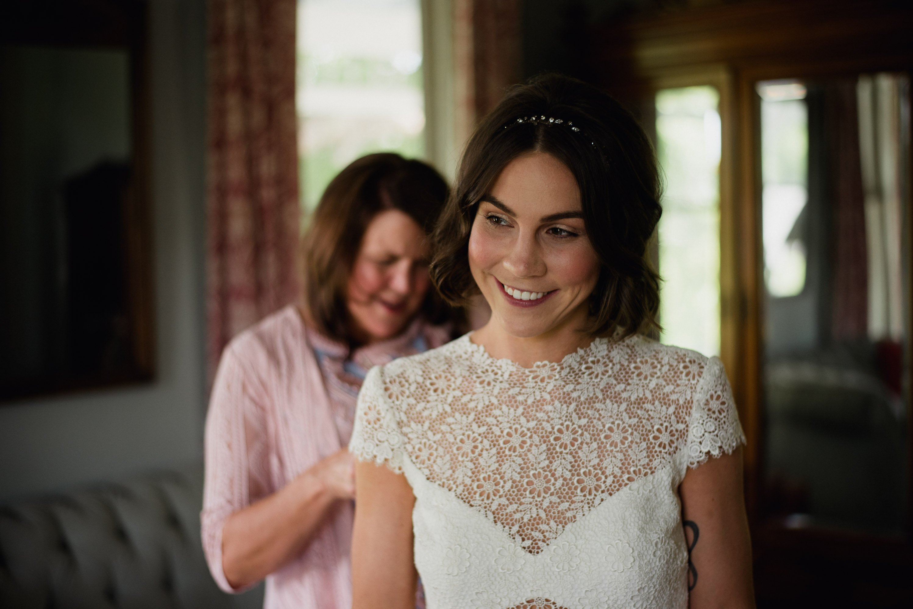 getting ready in the bridal suite at barr mansion, Austin wedding photographer